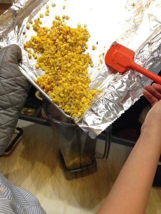 Una vez que la transferencia de tostado del maíz y cebolla en la licuadora los alimentos.