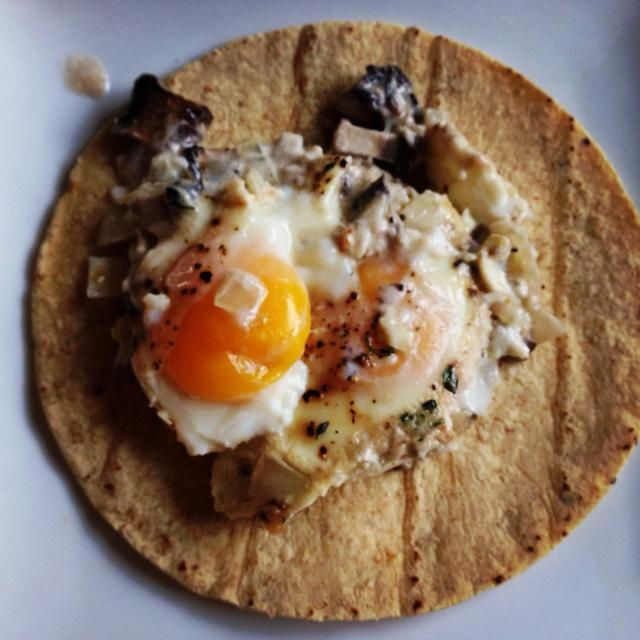 Servir como un plato, echar en pasta, quinua o huevos.