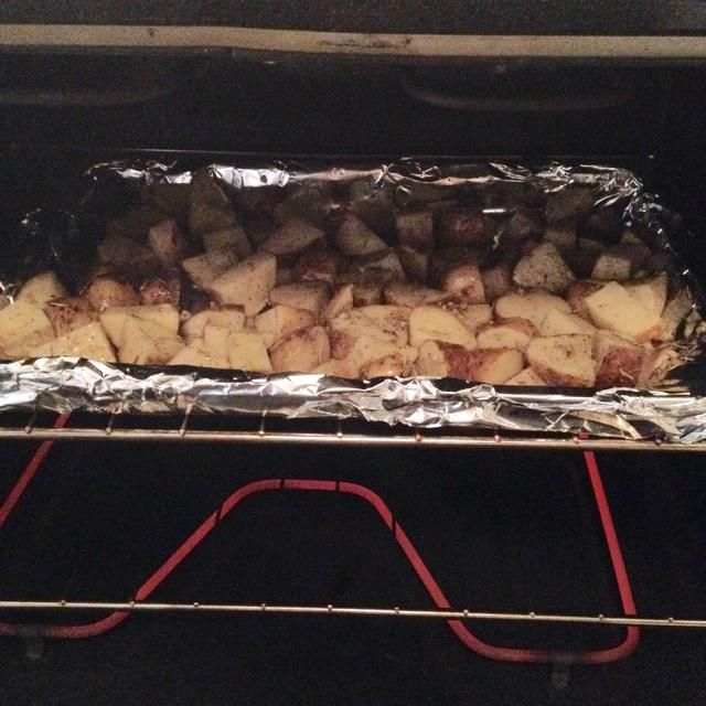 Cocer en el horno durante 60 minutos, parando para voltear / girar una vez en 20 minutos y de nuevo a 40 minutos.