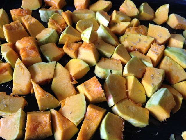 Escudo de calabaza con aceite de oliva, tomillo, albahaca, orégano, sal y pimienta. Hornear durante unos 20 minutos, hasta que la superficie de la calabaza vuelve ligero marrón.
