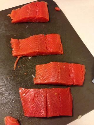 Tome su salmón en porciones, la sal y la pimienta ella. Así que por la cantidad, si es vegetariano era para 4 porciones