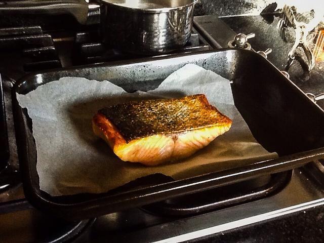 Después de salmón se cocina puso a un lado para descansar hasta servir