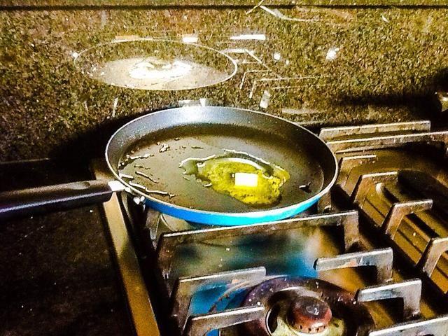 En la cacerola que el salmón estaba cocinado mantequilla de fusión a fuego medio