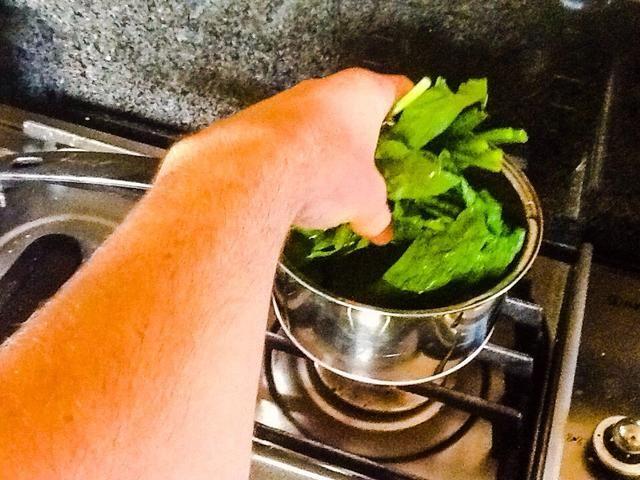Ponga las espinacas en agua hirviendo a fuego medio hasta que estén blandas
