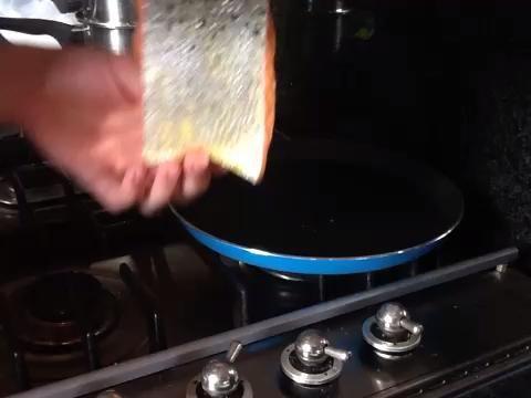 Coloque el salmón en una sartén caliente a fuego medio