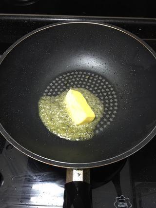 Deseche el aceite usado y añadir la mantequilla en la sartén.