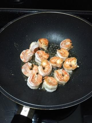 yo'm not using a lot of oil so I need to flip the prawn the other side. You can always deep fry the prawns for about 10-20 seconds.
