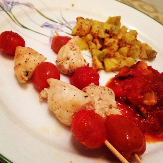 Organizar los tomates y el pollo en los pinchos. Placa las patatas asadas. Servir con salsa de pasta hecha en casa o cualquier salsa mojar. Bon apetito y Bismillah!