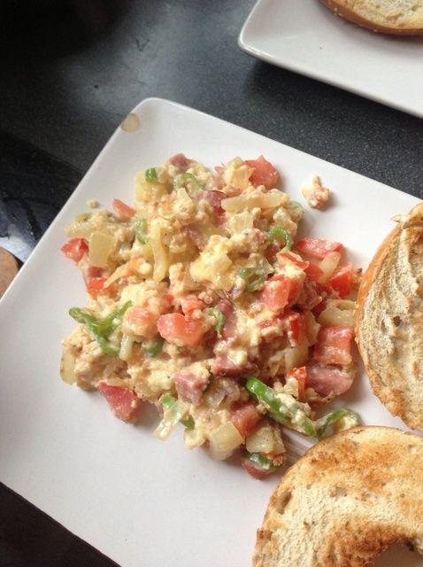 Cómo cocinar el huevo revuelto con queso, jamón y verduras Receta