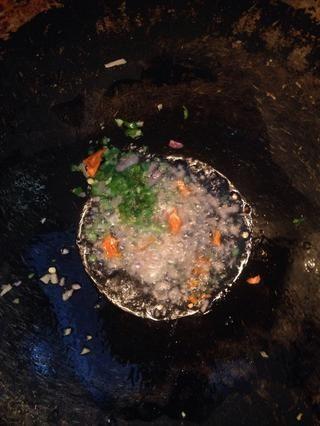 Tomar una sartén, añadir un poco de aceite y empezar a freír el jengibre, seguido de chiles verdes (Aquí he añadido una seca fría como me quedé sin chiles verdes).