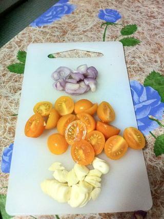 Prepare sus cebollas, los tomates y el ajo