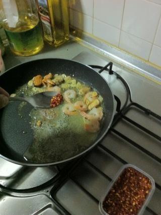 ¿Ha olvidado las hojuelas de chile, también se puede poner esto junto con el ajo en el inicio para que el aceite de absorberla's flavors... without the seafood it's called aglio olio e peperoncino...��