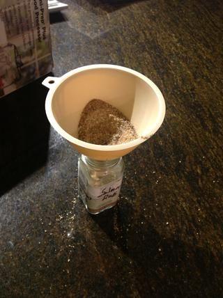 Use un embudo para transferir a una re-utilizados especias frasco.