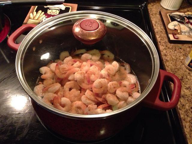 Añadir 1 12 oz brote cal luz, 2 cucharadas de Old Bay sazonar y 1 libra de camarones congelados en una olla y cubrir.