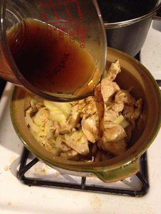 El añadir 200 ml de vino de arroz de Shaoxing, salsa de ostras y especias.