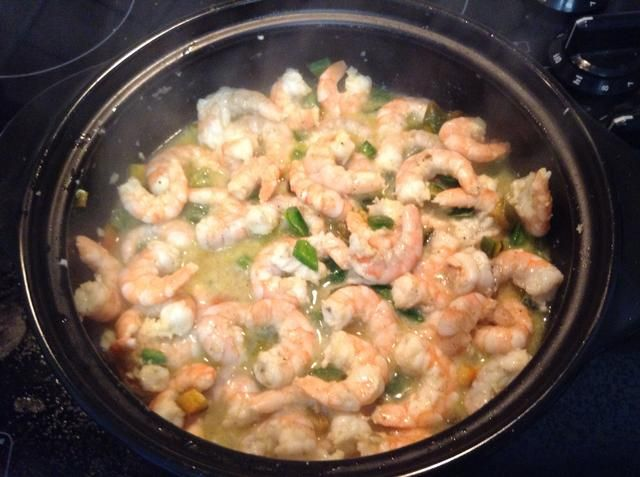 Agregue el jugo de limón y ya'll can see the shrimp turning pink.