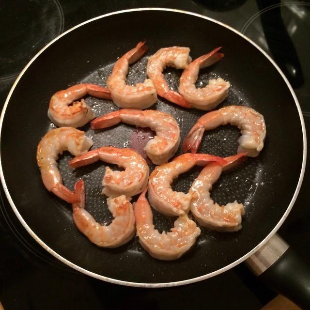 Voltear ellos después de un minuto y espolvorear con una pizca de sal. Cocine durante un minuto más.