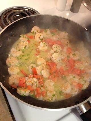 Añadir el perejil, vino blanco, jugo de limón y el tomate.
