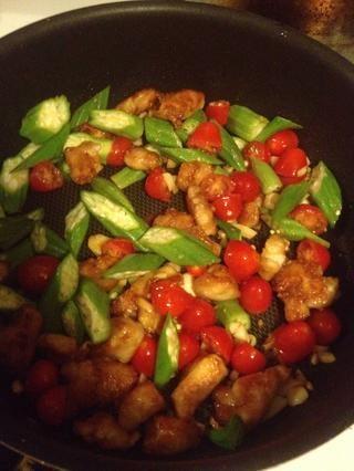 Añadir okra después y vapor con cubierta durante 2 minutos. Añadir la salsa de soja, sal y azúcar.