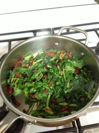 Añadir en verdes un puñado a la vez que permite reducir. Añadir media taza de vino y dejar cocer unos 5 minutos añado un poco de pimiento rojo para algo de calor