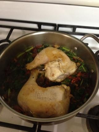 Agregue el pollo de nuevo en Tape y cocine a med unos 10 minutos añadir el vino restante permite llegar a hervir y luego reducir a poco más baja sustituir la cubierta y cocinar por unos 15 minutos o hasta que el pollo esté cocido.