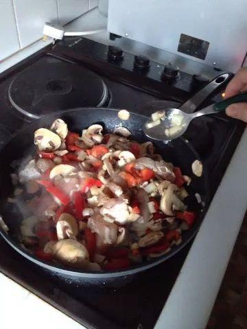Finalmente girar en la cocina y seguir mezclando todo hasta que los trozos de pollo ven todo blanco.