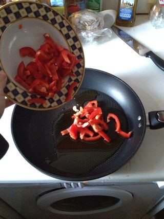 Poner el pimiento rojo picado en la sartén. Nota: la olla sigue apagado.