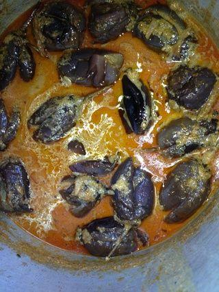 Añadir a el curry hirviendo y dejar que cocine a fuego lento durante 5-10 minutos. Las berenjenas absorben todos los deliciosos sabores de las especias y el tamarindo y obtener tan suave que se derrite en la boca.
