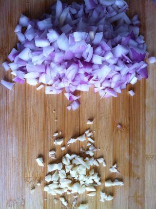 Picar la cebolla y el ajo.