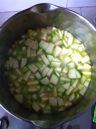 Añadir el calabacín a las patatas y vierta el caldo. Tuve un instante, así que didn't add any salt. Add some salt according to your taste. Cook it during 10 minutes. Vegetables should be ready.