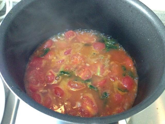 Vierta la acción, la pasta de tomate. Revuelva, fuego suave. Cuando el tomate hervido agregar rápidamente Con. pasta de tomate.