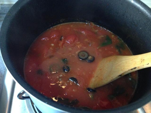 Añadir las alcaparras, aceite de oliva negro, anchoa. Fuego suave, 1H (hasta que espese)