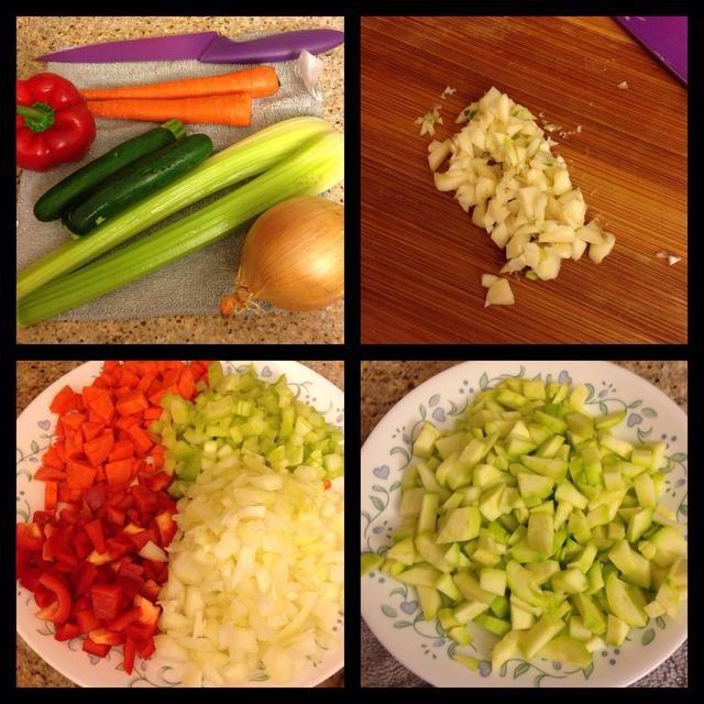 Durante la cocción hora de la calabaza, se puede empezar a recibir sus verduras listo! Pelar y cortar las zanahorias, el apio, la cebolla y el pimiento.