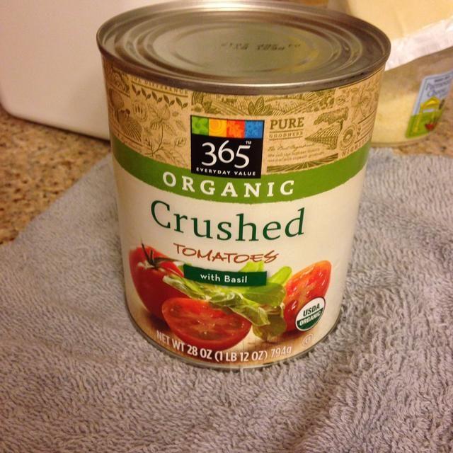 Agregue los tomates picado, albahaca y orégano al gusto y todas las especias. Agregue el ajo, cocine por 15 minutos.