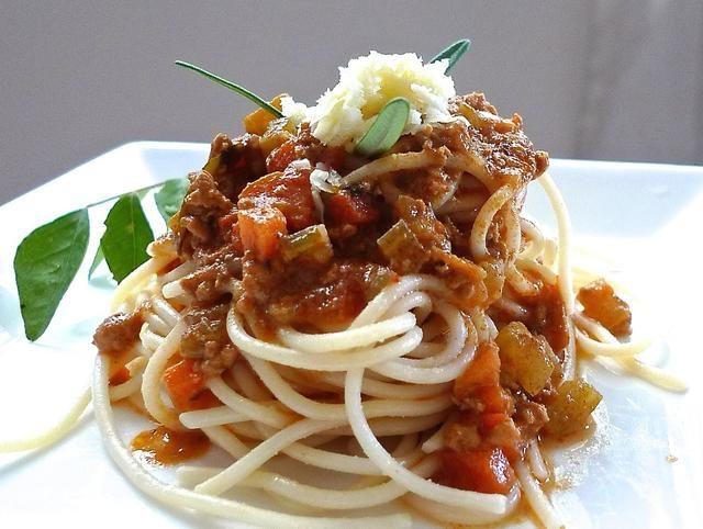 Decorar con un poco de queso rallado y romero fresco se va para una experiencia más italiano.