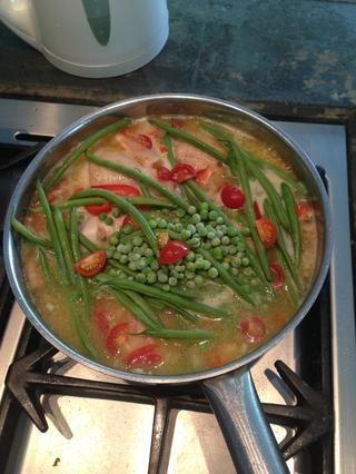 Añadir las verduras: guisantes, pimiento rojo, judías verdes y tomates picados.