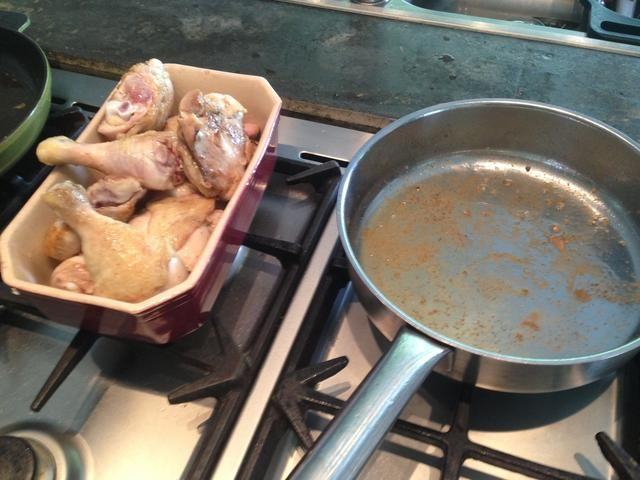 Tome el pollo de la sartén.