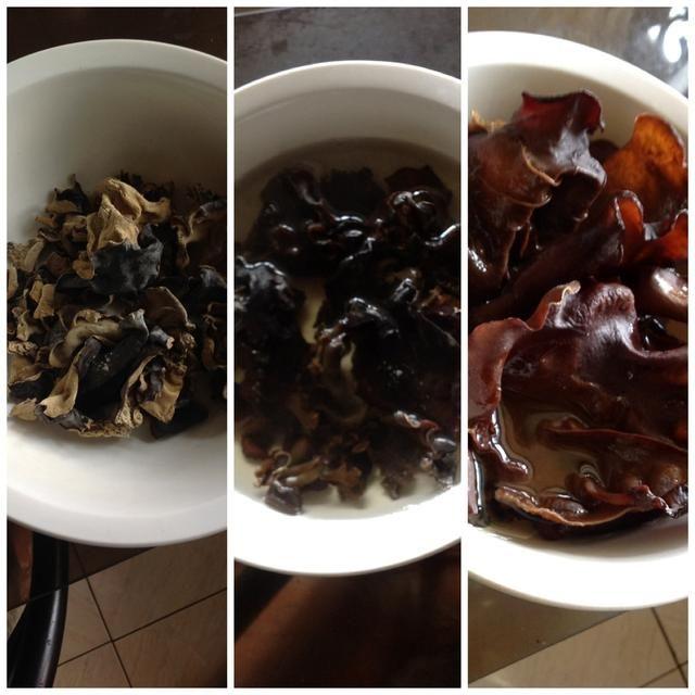 Seta negro se seca. Rehidratar vertiendo agua caliente. Después de 15 minutos, el hongo está ahora listo para ser cortado en tiras finas (juliana). Consejo: desechar la parte dura (tallo)