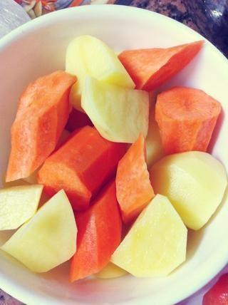Picar las patatas y las zanahorias en trozos.