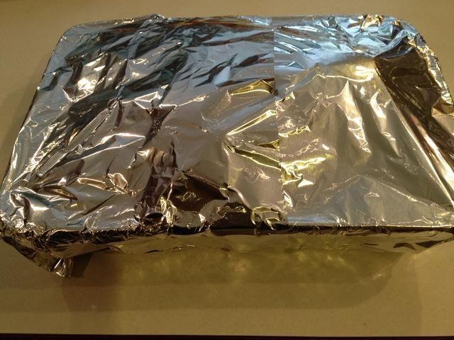 Cubra el plato de alas de pavo con papel de aluminio y hornear en el horno.