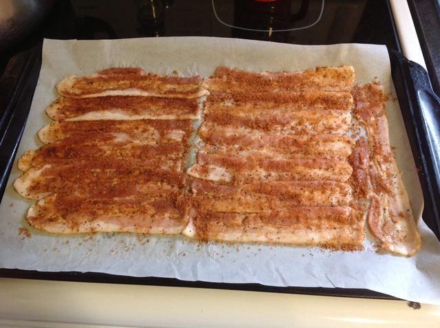 Espolvorear la especia Mezcla sobre Bacon y frote.