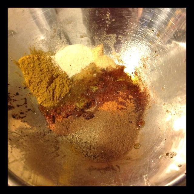 Especias en un tazón. Curry, Kefta, pimienta negro, el condimento criollo, cebolla en polvo, ajo en polvo, aceite de oliva.