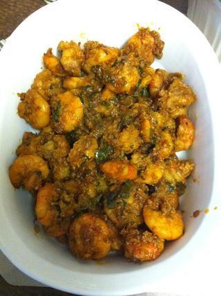 Traslado en su recipiente para servir y disfrutar del picante india camarones estilo.