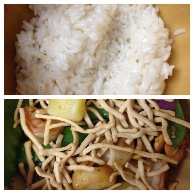 cuando el arroz esté listo, poner una taza en un recipiente, y una taza de salteado en la parte superior. decorar con fideos chow mein.
