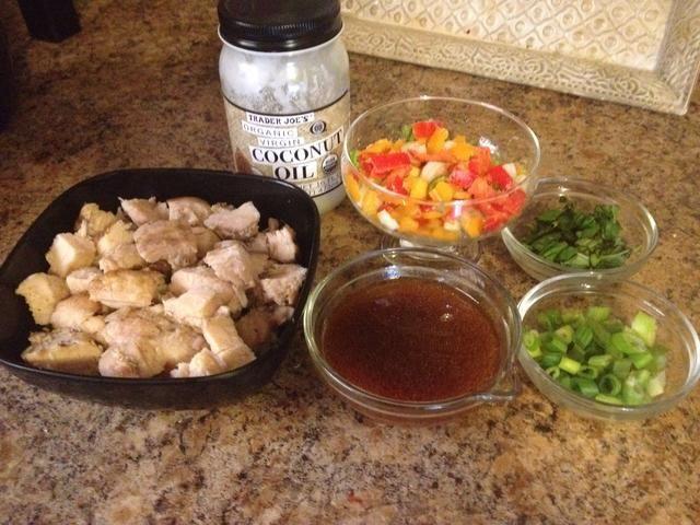 1. Pique el ajo y el jengibre, añadir los pimientos picados, cebolla de bulbo en rodajas y dejar de lado 2. Picar la albahaca y la cebolla verde y dejar de lado 3. Mezclar Sriracha, miel, agua, salsa de soja y aceite de sésamo. Dejar de lado.