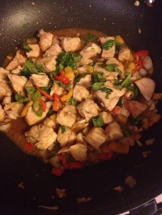 Wok 1. Calentar durante 3-4 min. 2. Añadir el aceite de coco y deje que se derrita. 3. Agregue las verduras. Cocine 2-3 minutos. 4. Agregue el pollo en dados y la salsa de la parrilla. Cocine hasta que caliente. Adorne con las cebolletas y la albahaca.