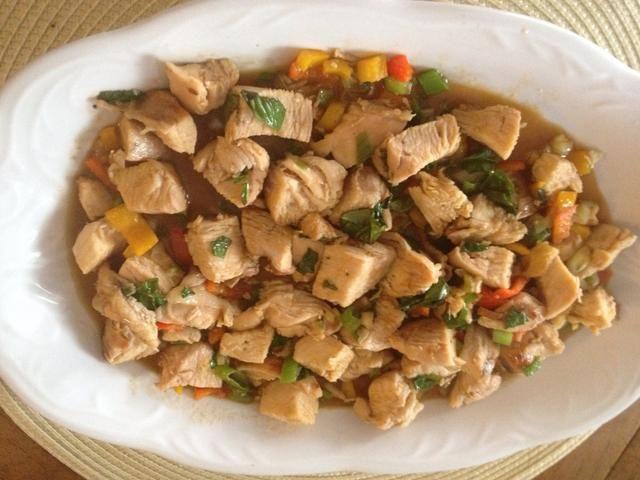 Servir con salvaje frito y arroz y ensalada asiática sana