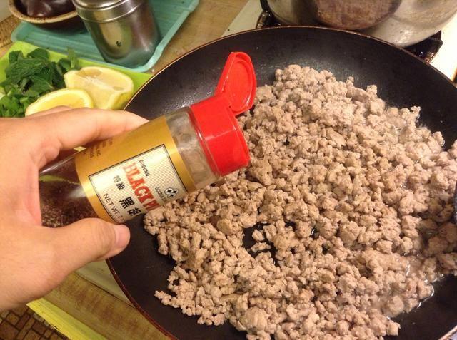 Agregar la pimienta negro o blanco.