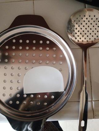 Para cocinar la pasta que necesita: rallador con grandes agujeros, raspador y skimmer