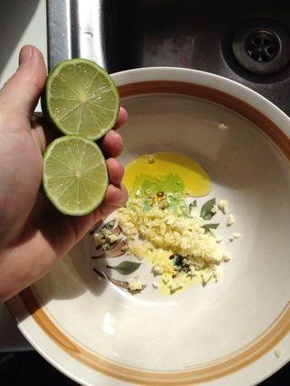 Cortar 1lime por la mitad y exprimir el jugo de ella en su cuenco. Yo uso todo el limón pero si eso's your first time mixing lime juice with meat start with half. It will add an after taste to it.